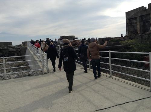軍艦島の第二見学広場に向かう人々