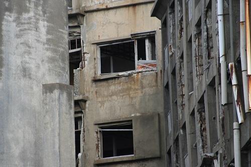 軍艦島の第三見学広場から眺めた25号棟(職員住宅)