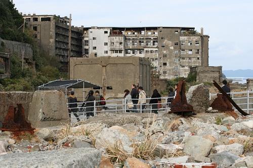 軍艦島の第二見学広場から第一見学広場への通路を移動する人々