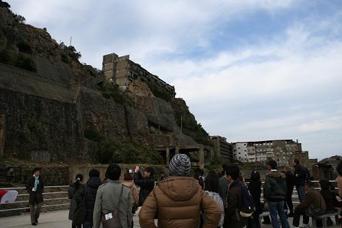 軍艦島の第一見学広場に集まる人々