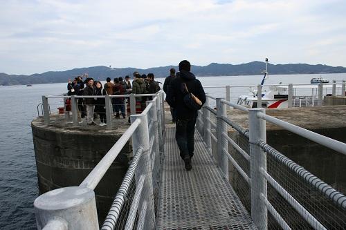 軍艦島のドルフィン桟橋に集まる人々