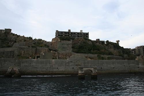 マーキュリー(軍艦島上陸・周遊ツアー船)の船上から眺めた軍艦島の3号棟(幹部社員用社宅)