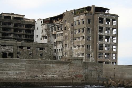 マーキュリー(軍艦島上陸・周遊ツアー船)の船上から眺めた軍艦島の70号棟・端島小中学校(写真右)
