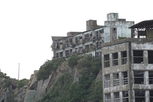 マーキュリー(軍艦島上陸・周遊ツアー船)の船上から眺めた軍艦島の70号棟・端島小中学校、65号棟・鉱員社宅(写真奥)