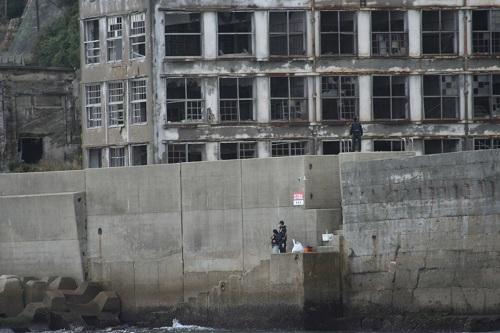 マーキュリー(軍艦島上陸・周遊ツアー船)の船上から眺めた軍艦島の70号棟・端島小中学校