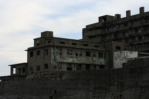 マーキュリー(軍艦島上陸・周遊ツアー船)の船上から眺めた軍艦島の69号棟・端島病院、65号棟・鉱員社宅(写真奥)