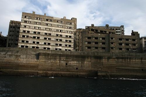 マーキュリー(軍艦島上陸・周遊ツアー船)の船上から眺めた軍艦島の51号棟・鉱員社宅(写真左)、48号棟・鉱員社宅(写真右)