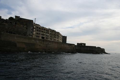 マーキュリー(軍艦島上陸・周遊ツアー船)の船上から眺めた軍艦島の31号棟・鉱員社宅