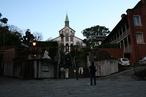 大浦天主堂前〜石段をのぼる人々、記念撮影をする人々〜