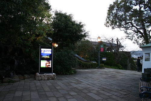 グラバー園入口付近(デジタルサイネージ、エスカレーター)