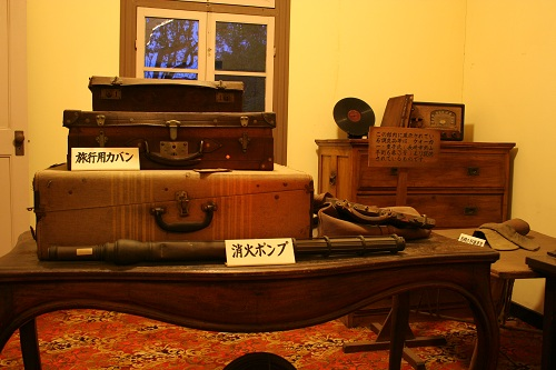 グラバー園・旧ウォーカー住宅室内に展示されている消火ポンプ、旅行用カバン