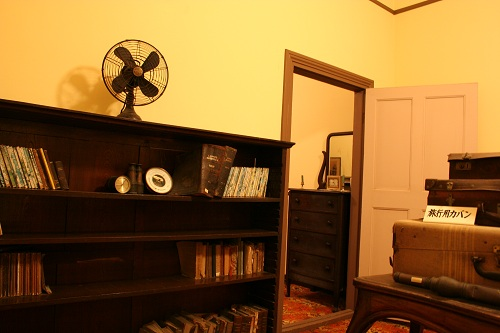 グラバー園・旧ウォーカー住宅室内に展示されている本棚、扇風機