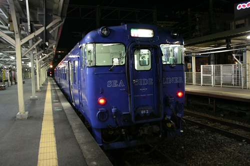 長崎駅1番ホームに停車中のシーサイドライナー(SEA SIDE LINER 662)
