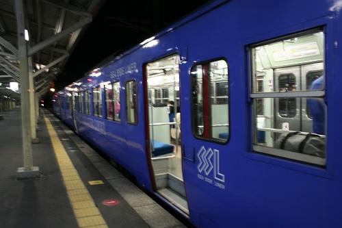 長崎駅1番ホームに停車中のシーサイドライナー(SEA SIDE LINER 662)の開いたままのドア