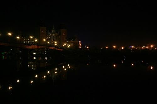 ハウステンボス駅に停車中のシーサイドライナーの車窓から眺めたハウステンボスの夜景