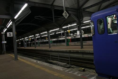 佐世保駅5番ホームに停車中の列車「シーサイドライナー」