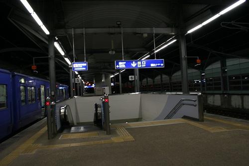 佐世保駅5番ホームに停車中の列車「シーサイドライナー」、エスカレーター、階段