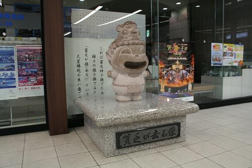 佐世保駅構内にある「貧乏が去る像」(貧乏神と猿の像)