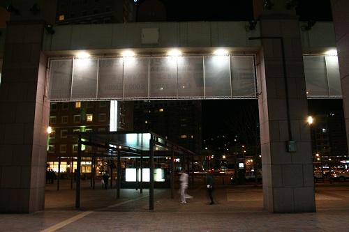 佐世保駅構内から見た夜の佐世保駅前の様子