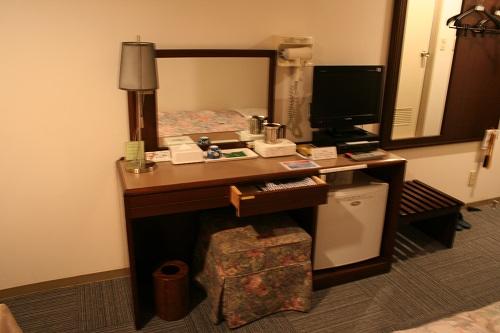 レオプラザホテル佐世保のシングルルーム(禁煙)の室内(机、テレビ、冷蔵庫など)