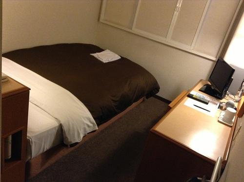 エクストールイン 熊本水前寺(熊本県熊本市出水1-6-16)のシングルルーム室内(ベッドと机)