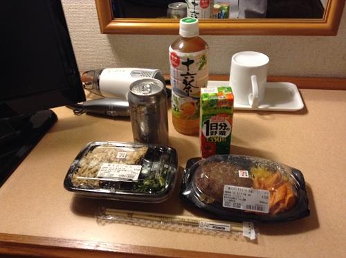 セブンイレブンで購入したお弁当と飲み物(「ハンバーグステーキ(和風ソース)」、「焼きさばごはん」、「アサヒ十六茶」、「伊藤園1日分の野菜200ml」、「キリン澄みきり350ml」)