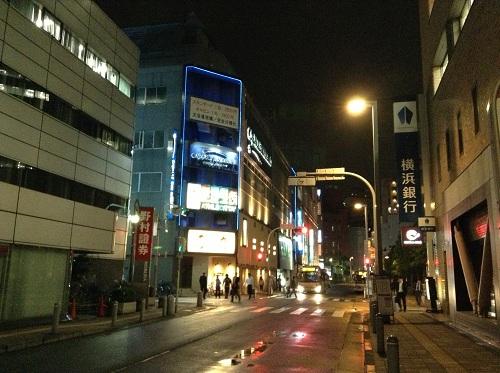カプセルイン蒲田(東京都大田区蒲田5-20-5)前の通り(夜間)