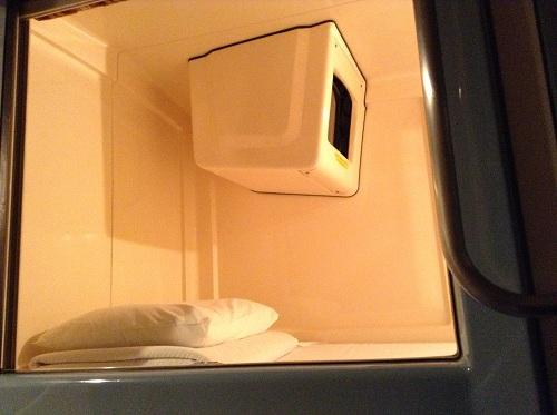 カプセルイン蒲田(東京都大田区蒲田5-20-5)スタンダードタイプの寝床(足側)