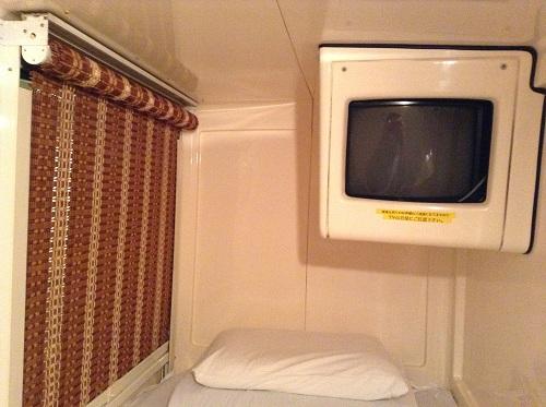 カプセルイン蒲田(東京都大田区蒲田5-20-5)スタンダードタイプの寝床(足側・ブラインドを下ろした状態)