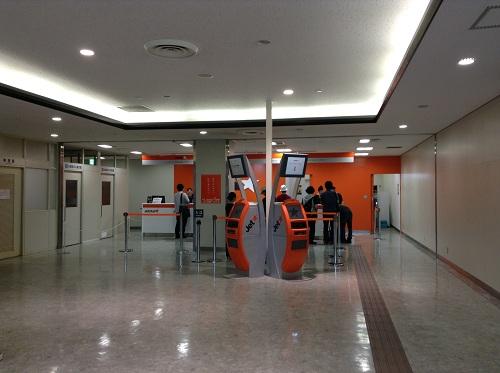 松山空港のジェットスターの搭乗手続きカウンター