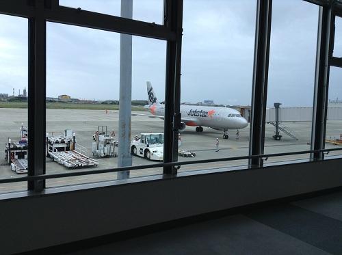 松山空港2階の搭乗口から眺めたジェットスターの飛行機