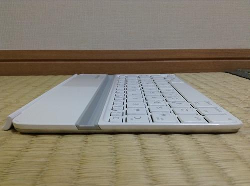 iPad mini用キーボード「Logicool Ultrathin Keyboard mini TM710WH(LOGICOOL ウルトラスリムキーボードミニ ホワイト TM710WH)」(キーボード左側面)
