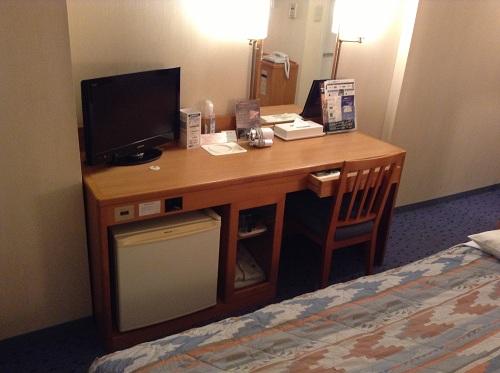 横浜桜木町ワシントンホテル(神奈川県横浜市中区桜木町1-101-1)のシングルルームの机