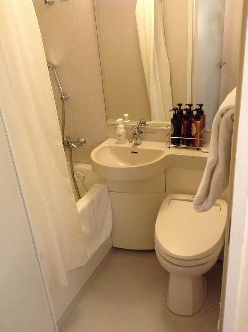 横浜桜木町ワシントンホテル(神奈川県横浜市中区桜木町1-101-1)のシングルルーム内のお風呂とトイレ