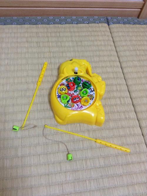 100円ショップ・ダイソーで購入した「パクパク魚釣り」ゲーム(パッケージ開封後:釣り場と釣竿)