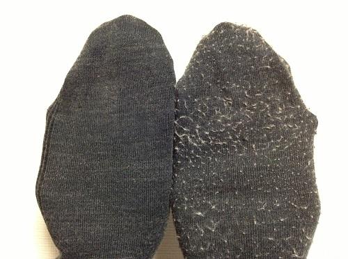 100円ショップ・ダイソーの電動「毛玉とり器」で毛玉を取った靴下(写真左)と毛玉を取る前の靴下(写真右)の比較