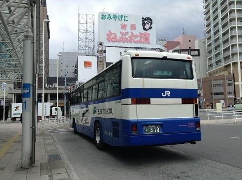 青森駅に到着した青森空港発のJR東北のバス(J647-03407 乗合)(背後からの写真)