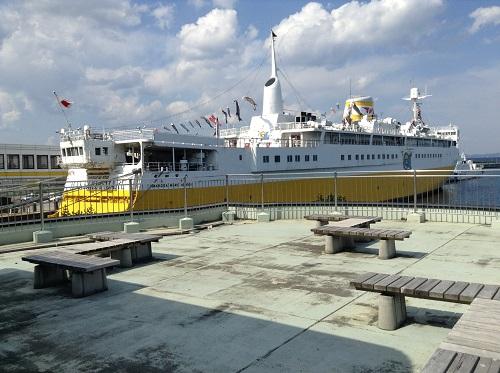 休憩所の2階展望所から眺めた青函連絡船メモリアルシップ八甲田丸