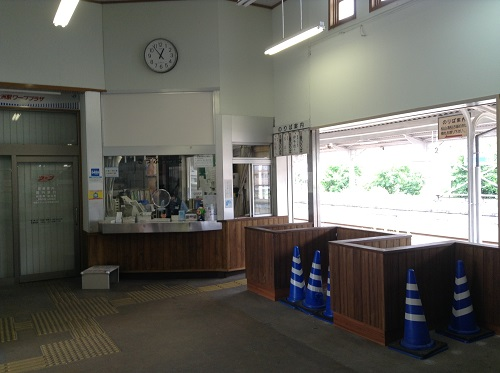 改装工事中の伊予大洲駅の駅舎内(改札口付近)