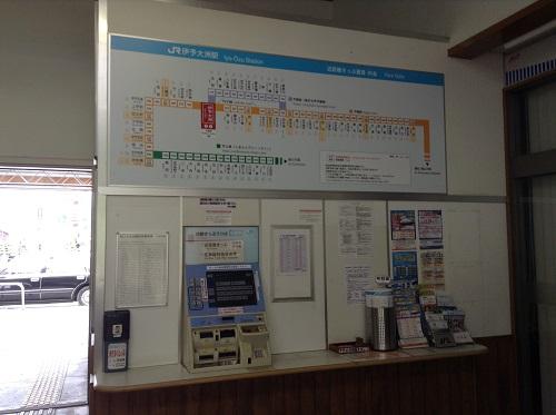 伊予大洲駅駅舎内の路線図と券売機