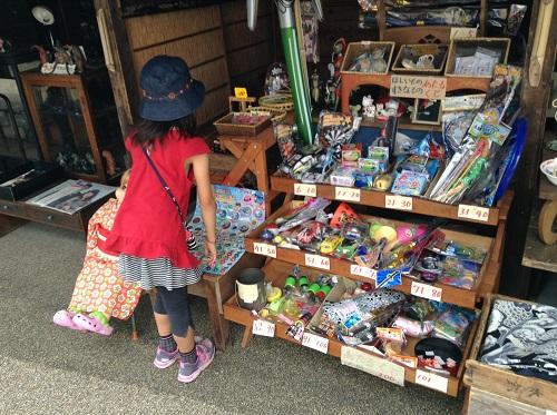 ポコペン横丁(愛媛県大洲市大洲本町3丁目)の雑貨屋の商品を見つめる小学3年生の娘