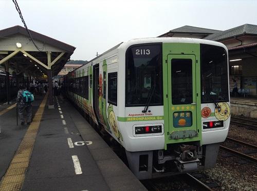 JR八幡浜駅に停車中のJR特急宇和海23号(アンパンマン列車)