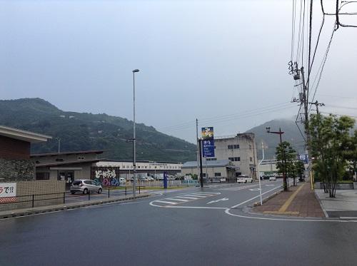 愛媛県道27号の交差点(アゴラマルシェ前)に向かって右に曲がる道の先に見えるフジグラン北浜店