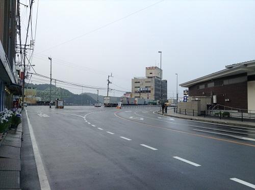 愛媛県道27号の交差点(アゴラマルシェ前)を左に曲がった先に見える八幡浜港フェリーターミナル