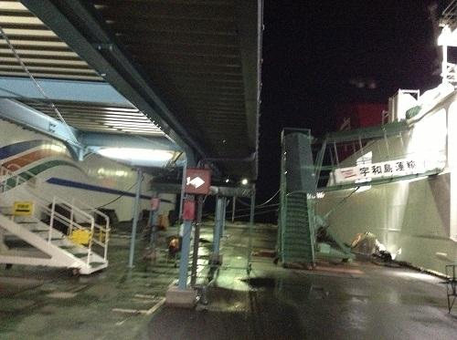 八幡浜港に停泊中の「あかつき丸」(宇和島運輸フェリー)に乗船するためのタラップ
