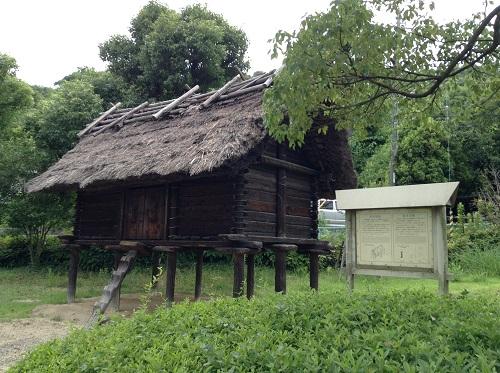 松山市考古館(愛媛県松山市南斎院町乙67番地6)の敷地内にある高床建物