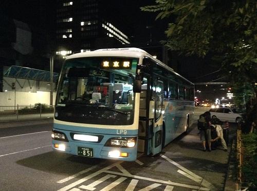 東京駅八重洲北口のバス停に停車中の成田空港から到着したバス