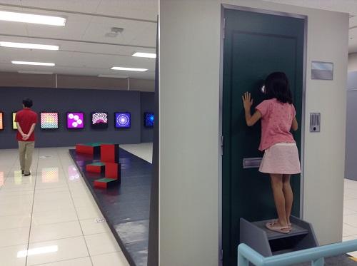 エミフルMASAKIの「Dr.伊藤文人のトリックイリュージョン?研究所!」イベント会場内で階段イリュージョンを眺める娘