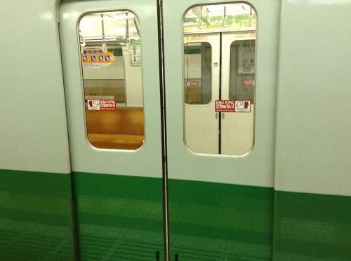 神戸市営地下鉄「新神戸駅」2番ホームに停車た電車(西神中央行)(2620)のドア