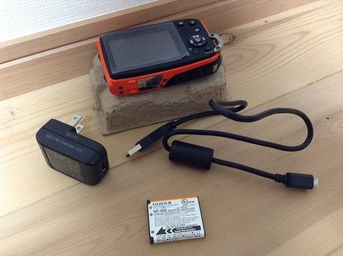 富士フィルムのデジタルカメラ「ファインピックス XP70(オレンジ)」本体、充電器、バッテリー